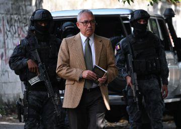 Un icónico preso político venezolano es liberado de su arresto domiciliario en Caracas