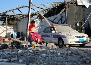 Los emigrantes de la instalación bombardeada en Trípoli se niegan a entrar en otro hangar