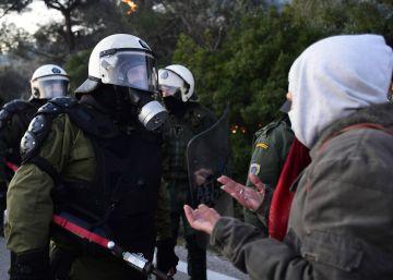 Los vecinos de dos islas griegas protestan por la construcción de campos de detención de migrantes