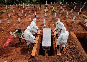 Un duro castigo para quienes no lleven mascarilla: cavar las tumbas de muertos por covid