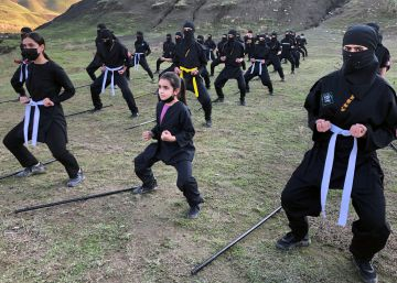 Ninjas kurdos que se entrenan en el arte marcial japonés del espionaje y la guerrilla