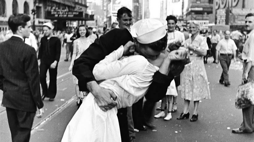 Muere la enfermera del beso que simbolizó el fin de la II Guerra ...