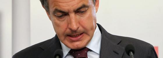 Zapatero durante su comparecencia en Ferraz. / ULY MARTÍN