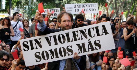 Manifestación de indignados, ayer, a las puertas de las Cortes valencianas. / Tania Castro