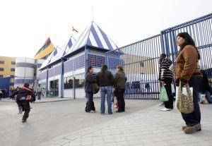 Familiares de inmigrantes detenidos en el Centro de Internamiento de Extranjeros de Aluche (Madrid). / CLAUDIO ÁLVAREZ