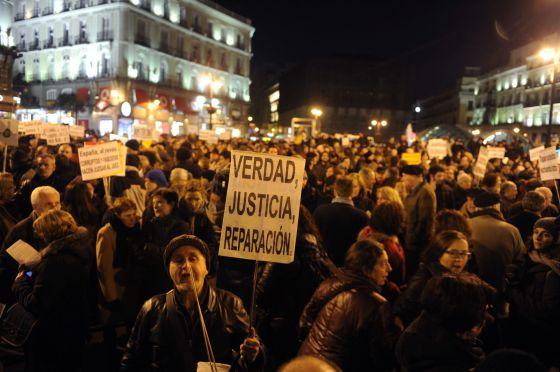 España: Cientos de gritos de «¡vergüenza!» y contra los jueces en la Puerta del Sol