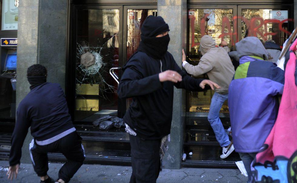 Fotos los estudiantes se echan a la calle espa a el pa s for Oficinas banco popular barcelona