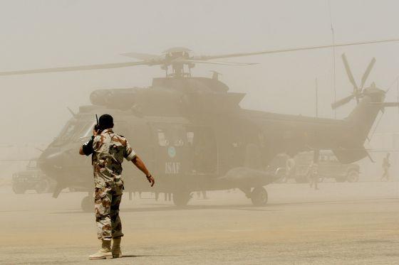 Un helicóptero del Ejército español se dispone a despegar en el aeropuerto  de Herat f266f91fa6ba2