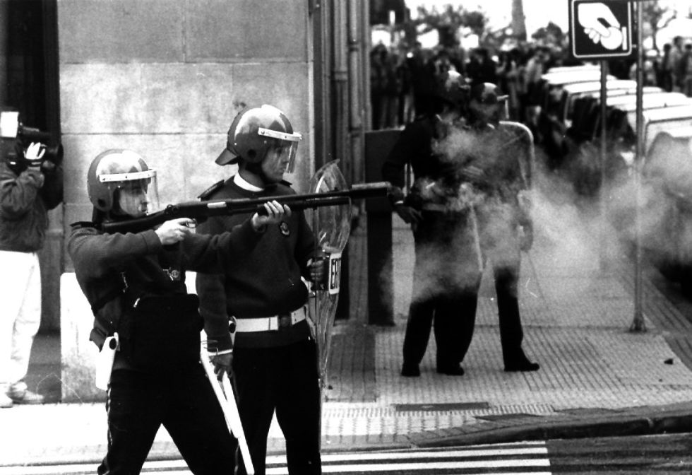 La ertzaina interviene en San Sebastián en la jornada de huelga general del 27 de enero de 1994.