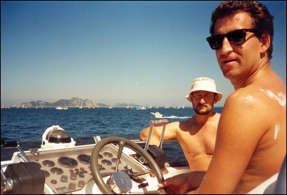 El contrabandista Marcial Dorado Baúlde (izquierda) y Alberto Núñez Feijóo, en un barco del primero en el verano de 1995, entre Baiona y las islas Cíes, en la ría de Vigo.