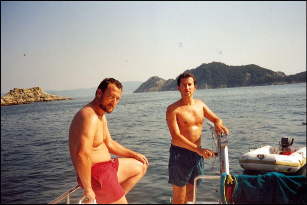 El presidente de la Xunta Nuñez Feijóo y el contrabandista Marcial Dorado, durante una excursión en Ibiza, en 1995.