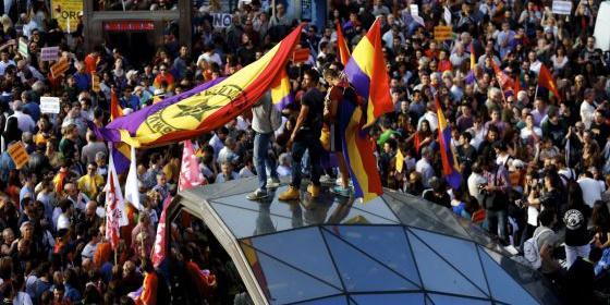 Resultado de imagen de Los de Podemos con la bandera republicana