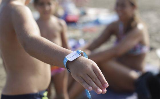 Una pulsera inteligente para no perder niños en la playa   España   EL PAÍS