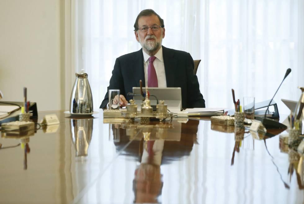 Rajoy contacta con los líderes políticos para facilitarles información