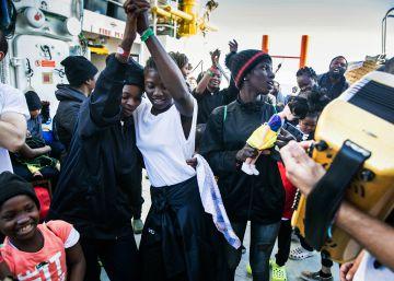 Francia recibe como refugiados a 80 de los rescatados por el 'Aquarius'