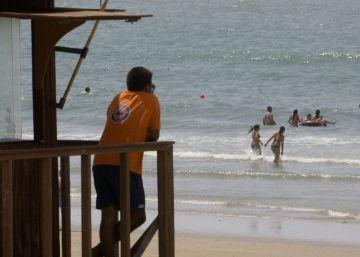 Muere un niño de cinco años en Barbate tras volcar una balsa hinchable