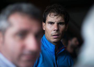 Rafael Nadal s'arremanga per treure aigua després de les pluges torrencials de Mallorca