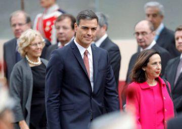Pedro Sánchez, recibido con pitos y abucheos en el desfile del 12 de octubre