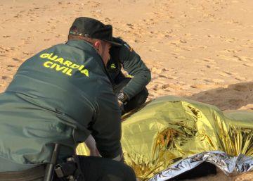 La morgue de Cádiz se queda sin sitio para los 20 fallecidos de la patera naufragada en Barbate