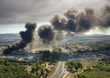 Un ?aparatoso? incendio en una fábrica de plásticos llena de humo el Campo de Gibraltar