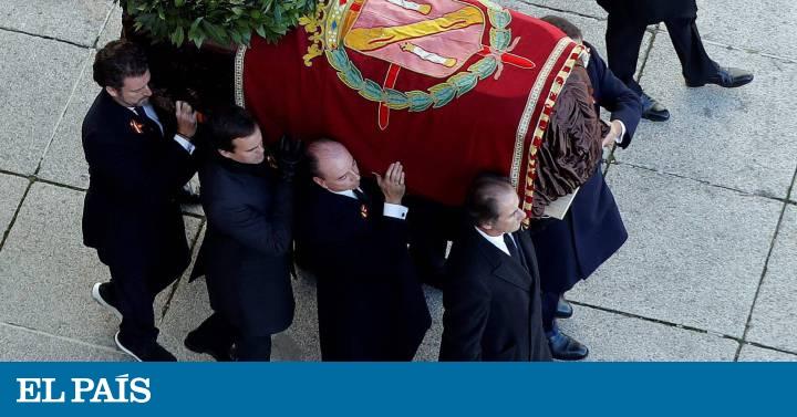 La familia coloca el pendón con el escudo de armas de los Franco sobre el féretro