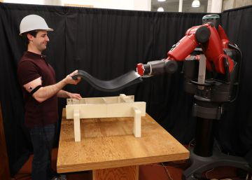 Un robot que vigila tus músculos para ayudarte a mover objetos