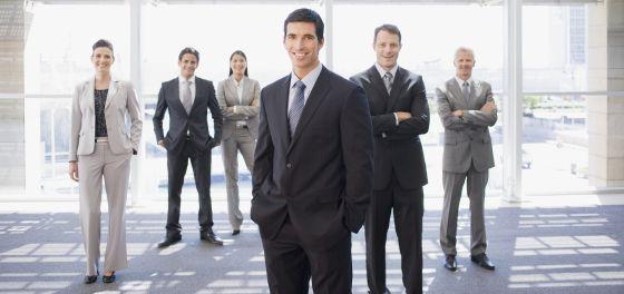 2398151404 La obligación de vestir traje y corbata sigue imperando en buena parte de  las empresas.