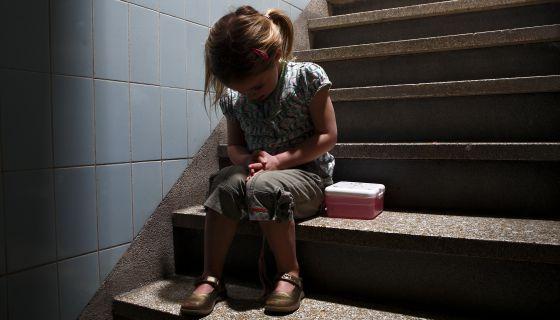 Qui n protege a los ni os cuando son v ctimas sociedad - Proteccion escaleras ninos ...
