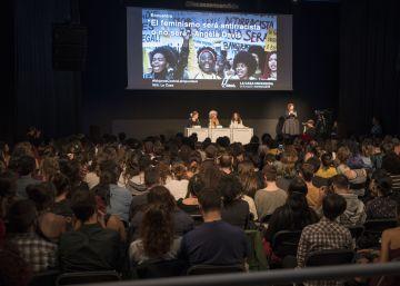 Centenares de personas hacen cola para escuchar a la feminista Angela Davis