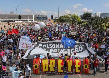 Miles de estudiantes marchan contra los recortes de Bolsonaro