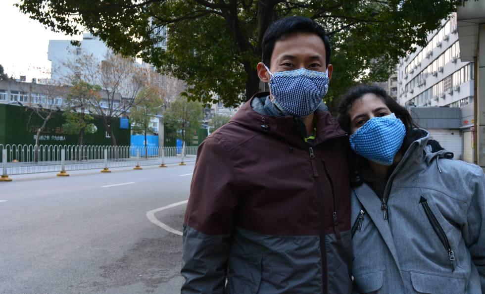 El dilema de quedarse con su marido en Wuhan o montarse a un avión de vuelta a España