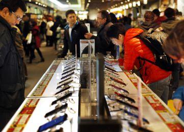 Consumo da la razón a los clientes de Fnac que compraron un móvil 575 euros más barato por un error