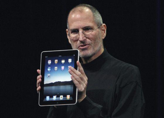 bdaeb36c0b0 Steve Jobs sostiene el primer ipad durante su presentación en enero de 2010.