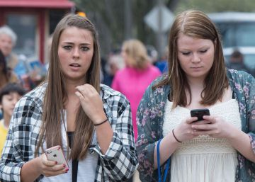 Honolulu multará con 30 dólares a quien cruce la calle mirando el móvil