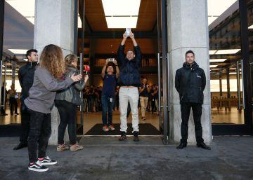 Cerca de 400 personas trasnochan en la Puerta del Sol para conseguir un iPhone X
