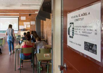 La prohibición silenciosa de los móviles en los colegios españoles