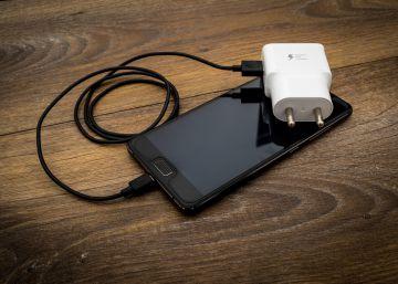 La UE quiere obligar a los fabricantes a adoptar un cargador universal de móvil