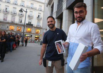 Cerca de 80 personas trasnochan en la Puerta del Sol para conseguir los nuevos iPhone