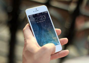 Un móvil podría durar 12 años si no se acortara su vida intencionadamente